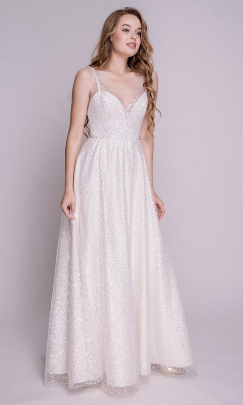 Белое платье в пол с глубоким вырезом