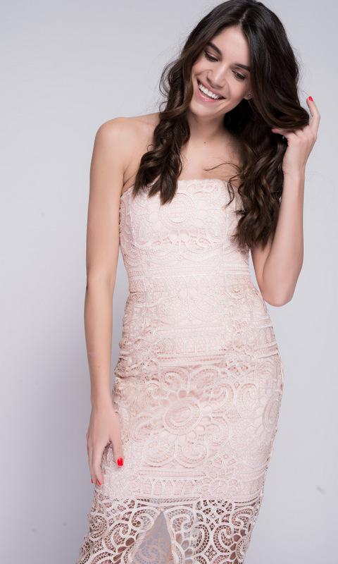 Персиковое платье с гипюром