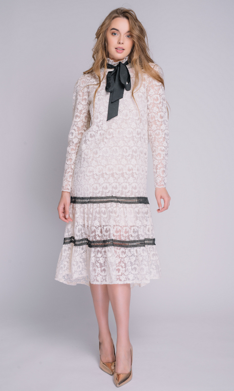 Платье из кружева с черной лентой на воротнике