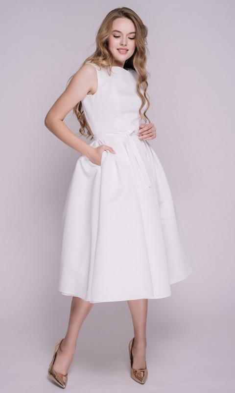 Белое платье миди с пышной юбкой
