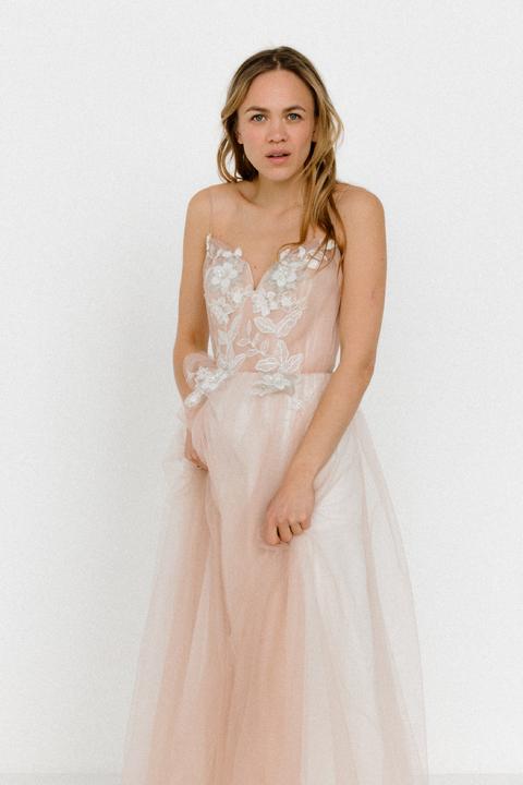 Бежевое платье из фатина с апликацией из цветов