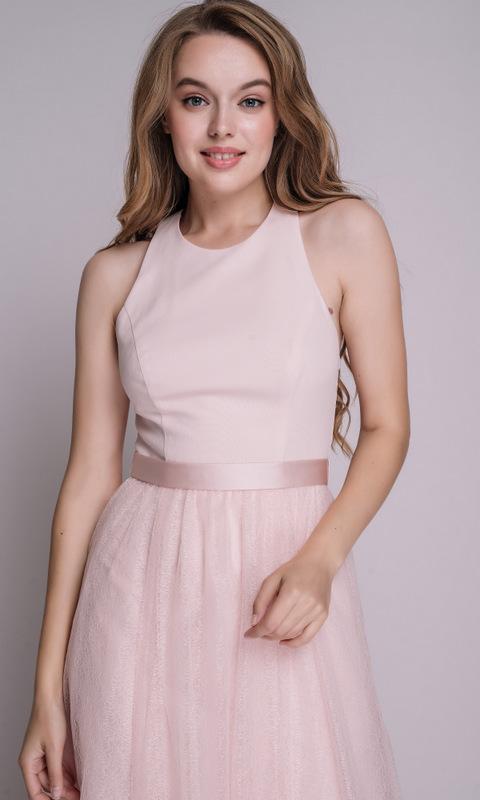 Нежно-розовое платье в пол с поясом