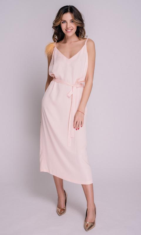 Персиковое платье миди с перьями на плечо