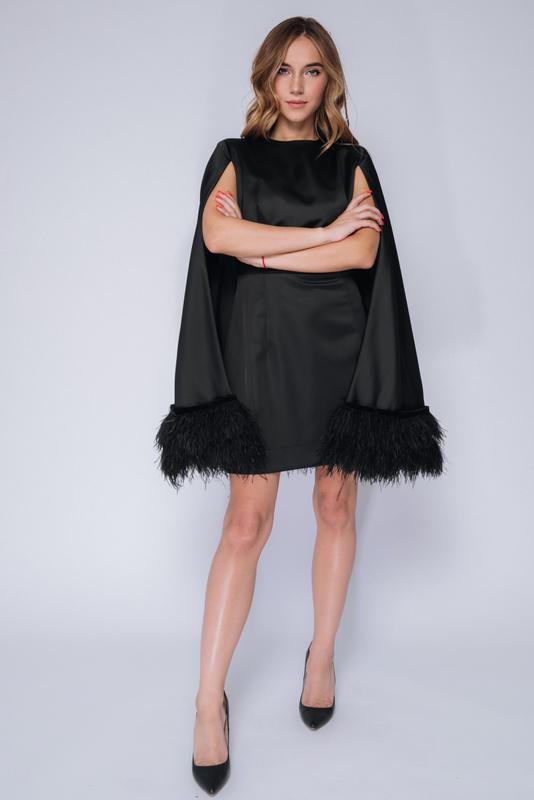 Черное платье мини с кейпом и перьями в прокат и аренду в Киеве. Фото 1