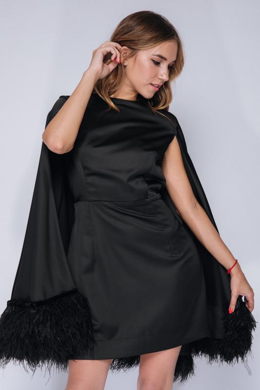Черное платье мини с кейпом и перьями в прокат и аренду в Киеве. Фото 2