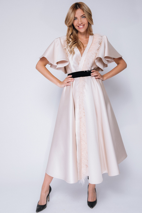 Бежевое платье миди на запах с воланами и перьями
