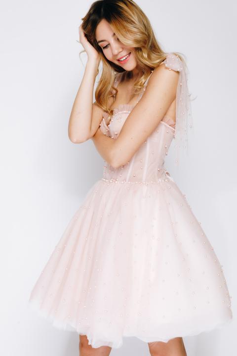 Розовое пышное платье мини расшитое бусинами
