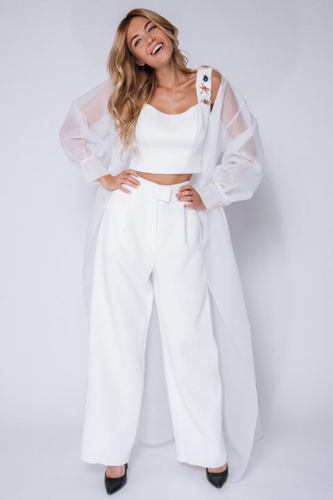 Белый костюм с брюками и топом и шифоновой накидкой