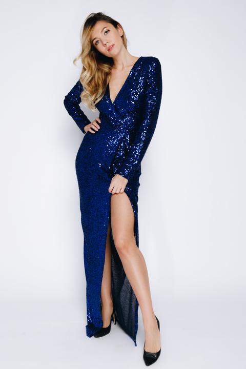 Платье из пайеток  с  длинным рукавом на запах цвета эллектрик