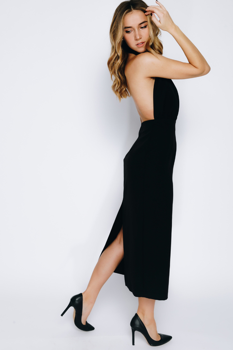 Чёрное платье-футляр длины миди с открытой спиной