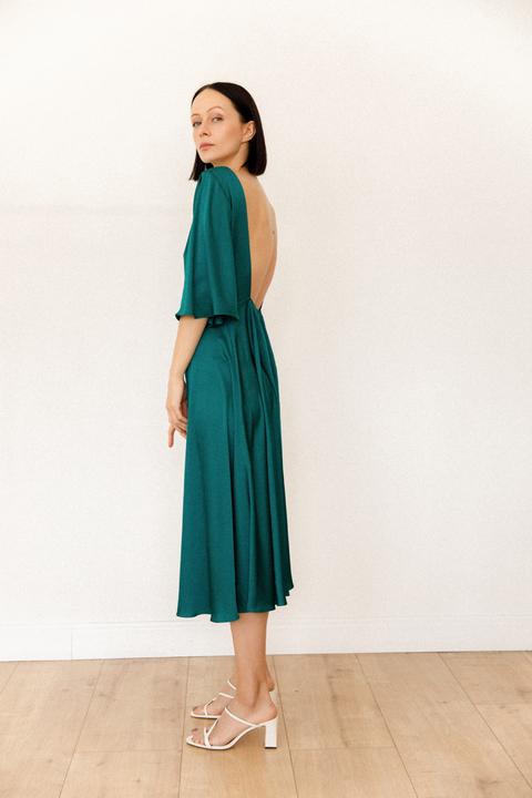 Шелковое свободное платье с открытой спиной и воланами зеленого цвета