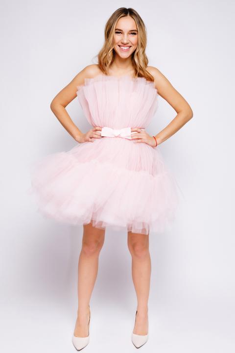 Нежно-розовое пышное платье длины мини