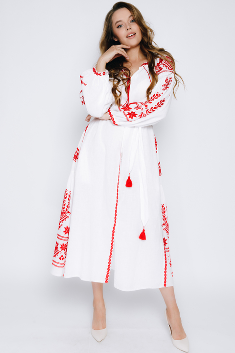 Белая вышиванка в пол с красной вышивкой