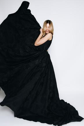 Довге чорне плаття з структурованої тканини зі шлейфом в прокат и oренду в Киiвi. Фото 2