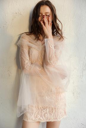 Молочне плаття міні розшите паєтками і бісером з рукавами з тюлю в прокат и oренду в Киiвi. Фото 1