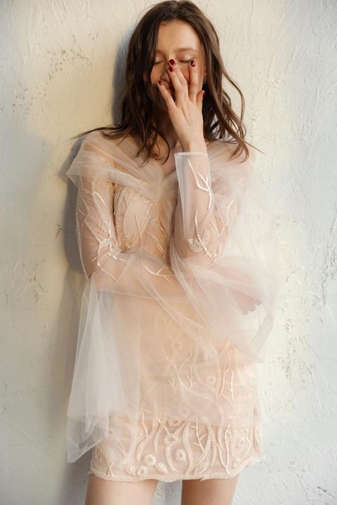 Молочное платье мини расшитое пайетками и бисером с рукавами из тюля