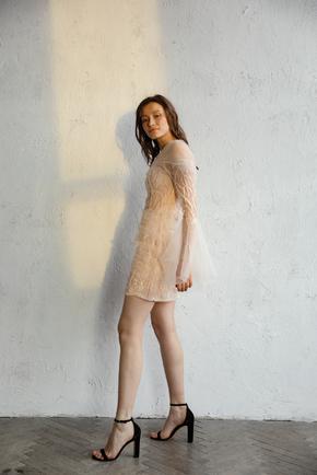 Молочне плаття міні розшите паєтками і бісером з рукавами з тюлю в прокат и oренду в Киiвi. Фото 2