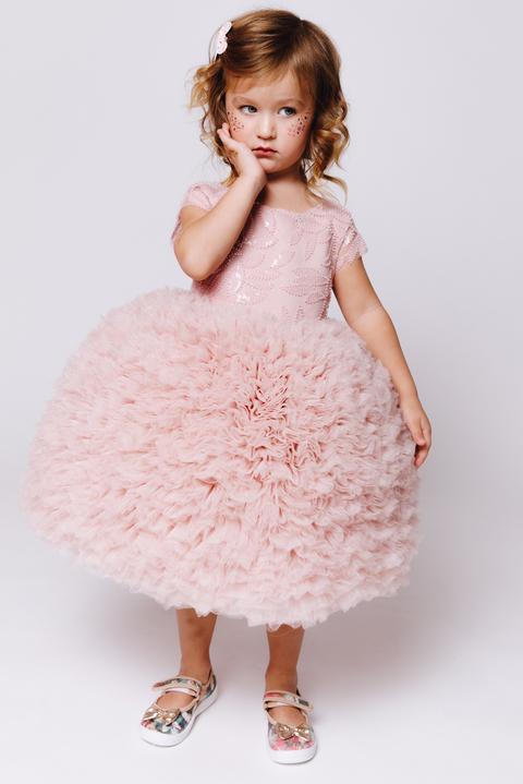 Детское пудровое платье из фатина с пышной юбкой