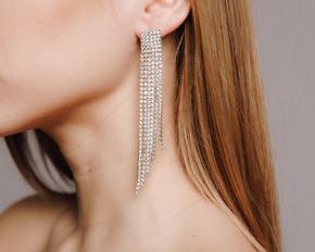 Довгі сережки з білих каменів асиметричної форми в прокат и oренду в Киiвi. Фото 1