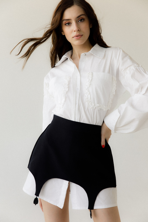 Платье-рубашка белого цвета со съемной черной баской