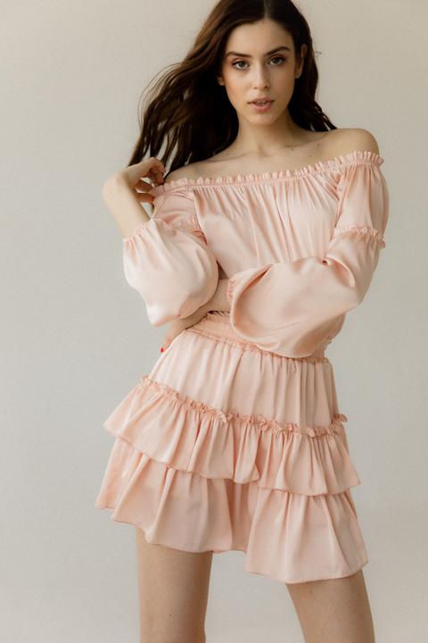 Шелковое платье мини со спущенными плечами и длинным рукавом персикового цвета