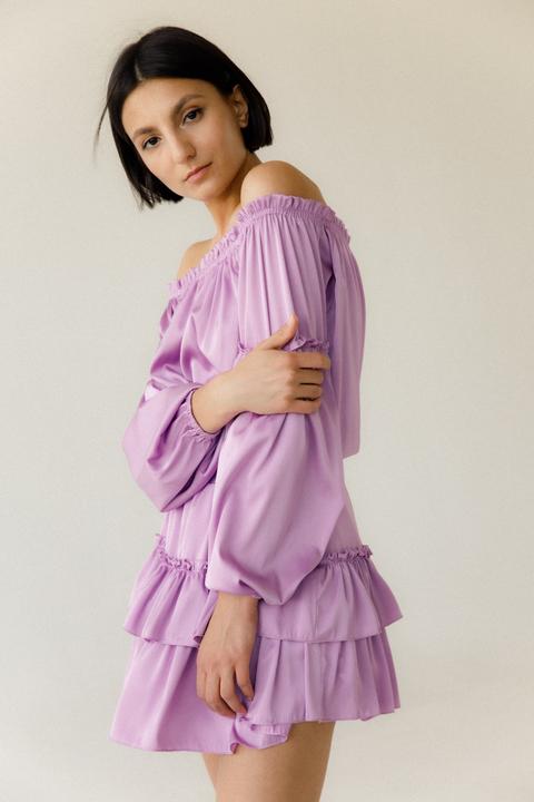 Шелковое платье-мини с опущеными плечами и длинным рукавом лилового цвета