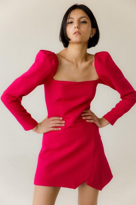 Платье-мини малинового цвета с обьемными плечами и ассиметрией