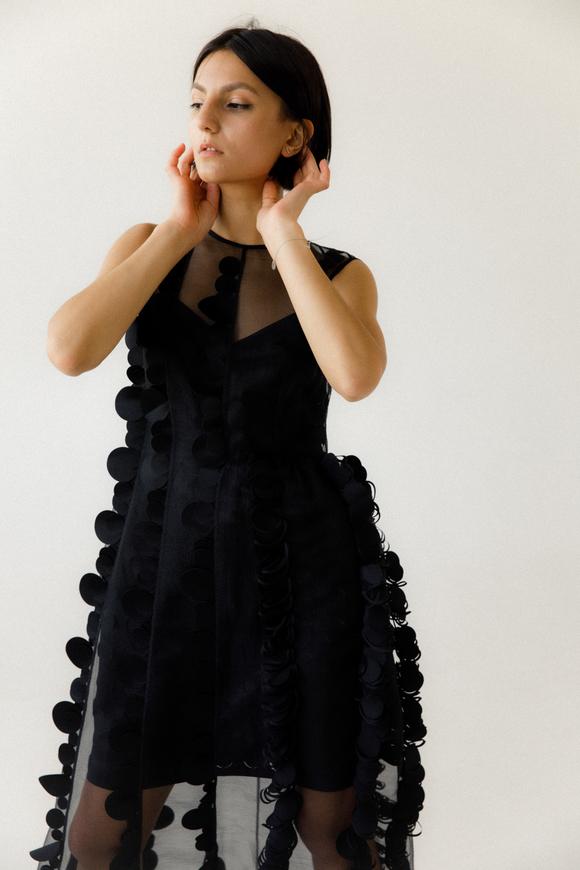 Двухслойное полупрозрачное черное платье с объемными аппликациями в прокат и аренду в Киеве, Одессе, Харькове. Фото 1