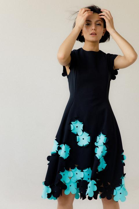 Черное платье миди с коротким рукавом и мятными цветами