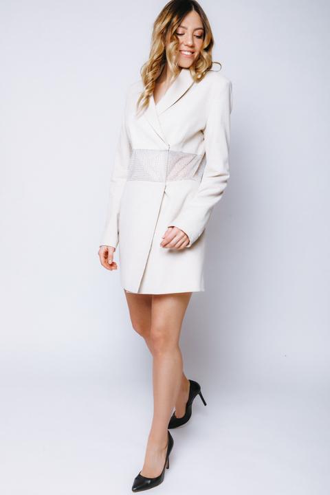 Платье-пиджак нюдового цвета с декором из камней