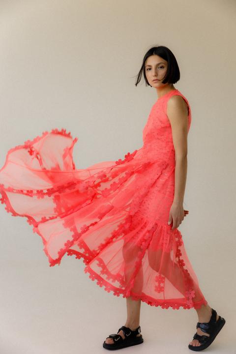 Двухслойное каскадное полупрозрачное коралловое платье с цветочными аппликациями