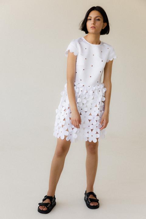 Белое платье мини из цветочных аппликаций