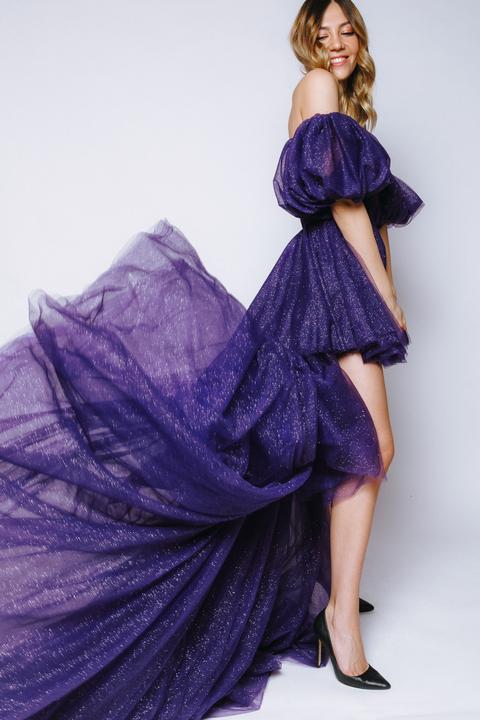 Фиолетовое платье с мерцанием из фатина с переменной длиной и шлейфом