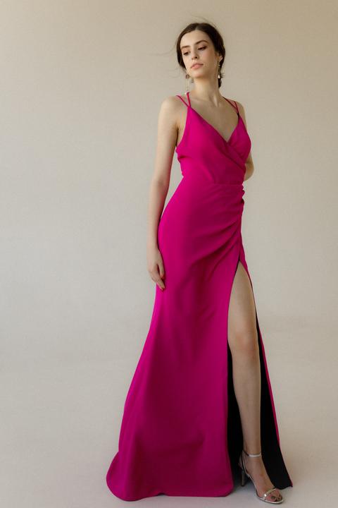 Длинное вечернее платье со шлейфом цвета фуксия