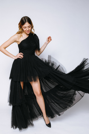 Чорна пишна сукня на одне плече зі змінною довжиною в прокат и oренду в Киiвi. Фото 2