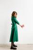 Зеленое платье на запах с объёмными плечами и скошенным низом в прокат и аренду в Киеве. Фото 4