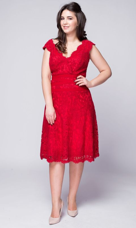 Красное кружевное платье с вырезом