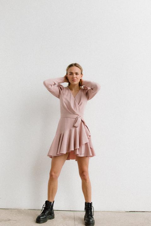 Платье длины мини из плотной ткани нежно розового цвета с рукавом буф
