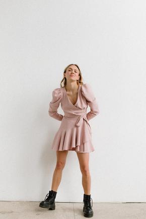Сукня довжини міні з щільної тканини ніжно рожевого кольору з рукавом буф в прокат и oренду в Киiвi. Фото 2