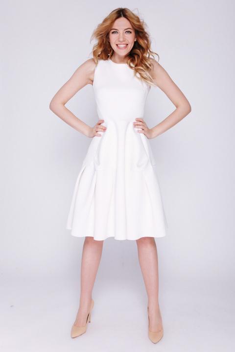 Белое платье из неопрена длины мини