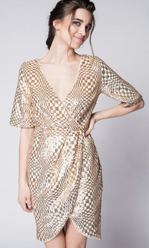 Золотое платье мини в пайетках на запах