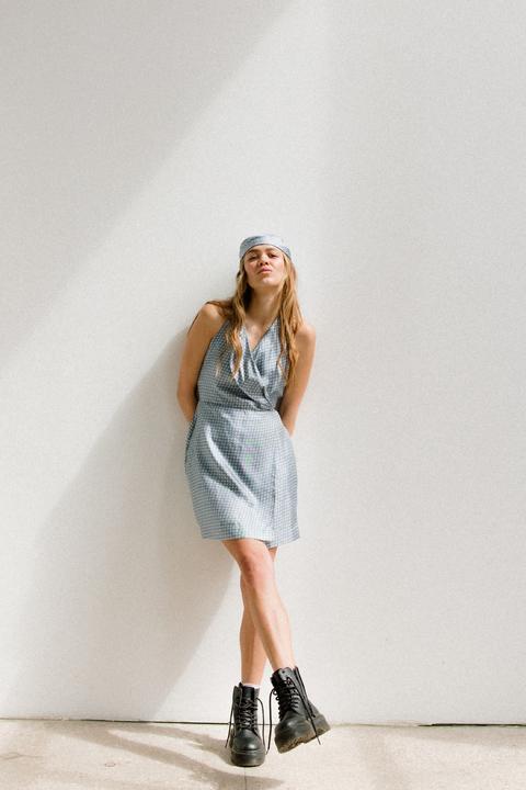 Голубое шелковое платье длины мини с платком