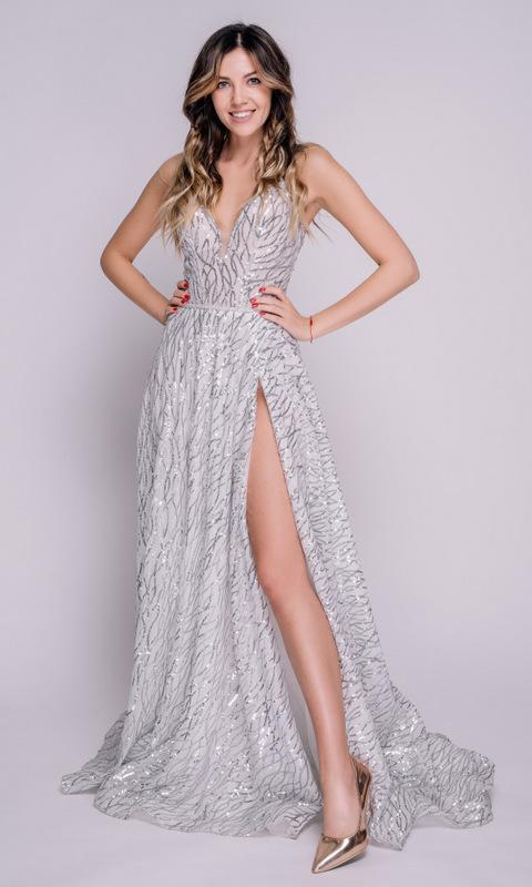 Серебристое платье в пол с глубоким разрезом по ноге