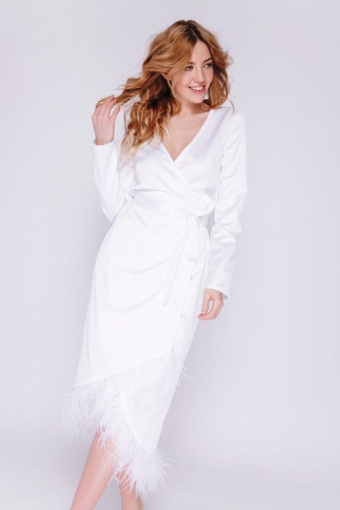 Белое платье-халат на запах с перьями