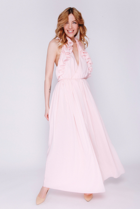 Розовое платье с воланами и открытой спиной