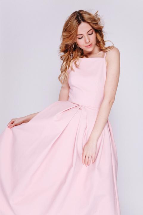 Розовое платье миди с пышной юбкой и открытыми плечами
