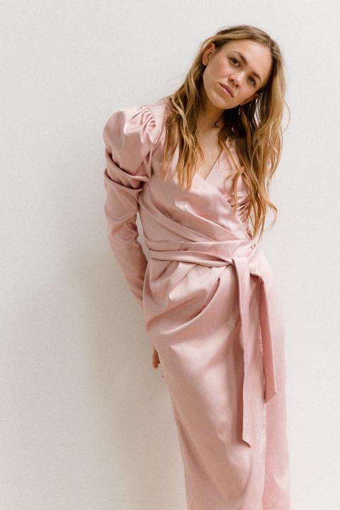 Розовое платье на запах с рукавом буф