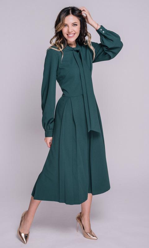 Зеленое платье миди с длинным рукавом