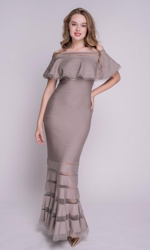 Бежевое платье со спущенными плечами в пол