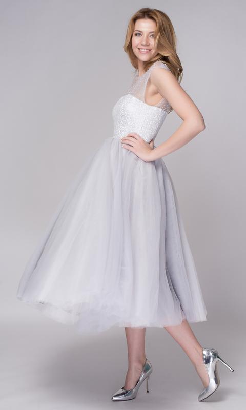 Серое платье миди с пышной юбкой и расшитым верхом